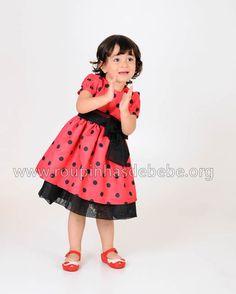 Vestido infantil da joaninha. Tecido vermelho com bolinhas pretas.