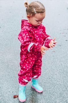 Erst mit der richtigen Regenbekleidung macht das Spielen in den Pfützen so richtig Spaß. #outdoor # kids #overall #rain #fun Overall, Baby, Outdoor, Kids Fun, Welly Boots, Rain Jacket, Playing Games, Chic, Guys