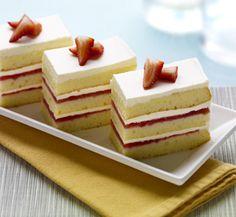 Strawberry cream cake Strawberry Cream Cakes, Homemade Birthday Cakes, Explosions, Food Service, Taste Buds, Danish, Cake Decorating, Tasty, Sweets