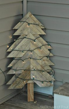 Little House of Four: Large Rustic Pallet Christmas Tree (pallets christmas) Pallet Tree, Pallet Christmas Tree, Outdoor Christmas Decorations, Rustic Christmas, White Christmas, Christmas Crafts, Christmas Trees, Scandinavian Christmas, Christmas Projects