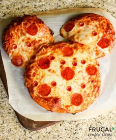 Easy Mickey Mouse Pepperoni Pizza - Disney Themed Recipe perfect for a vacation or Mickey or Minnie themed party. Disney Inspired Food, Disney Food, Disney Recipes, Disney Tips, Copycat Recipes, Pizza Recipes, Sauce Recipes, Yummy Recipes, Walt Disney World
