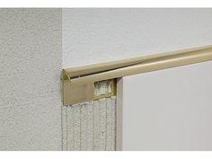 Металлическая раскладка для внешнего угла плитки.
