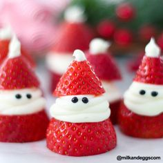 christmas food Strawberry Santas for Christmas! ADORABLE Christmas treat idea recipe that is delicious, so easy to make, and great for a Christmas party. Easy Christmas Treats, Christmas Deserts, Christmas Party Food, Xmas Food, Christmas Breakfast, Christmas Cooking, Holiday Desserts, Holiday Baking, Simple Christmas