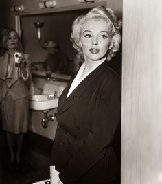 Photographer Flora Borsi has created her own gallery of faux time travel images, inserting herself into famous photographs of Elvis and Marilyn Monroe. Marilyn Monroe, Forrest Gump, Hollywood Icons, Old Hollywood, Alter Ego, Elvis Presley, Photoshop, Time Travel Proof, Chaplin Film