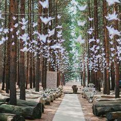 """184 mentions J'aime, 3 commentaires - Petit Mariage entre Amis (@petitmariageentreamis) sur Instagram: """"Marions-nous dans les bois  @carolienandben #cérémonie #forêt #ambiance #guirlandes #origami"""""""