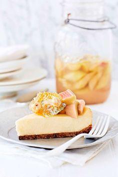 Smakkombinationen av syrlig rabarber och söt vit chokladcheesecake är fantastisk!