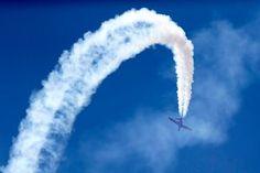Luchtvaartindustrie zet beste beentje voor op Le Bourget (fotoserie) -  Een Fouga Magister vertoont zijn kunsten boven op Le Bourget.  Beeld EPA