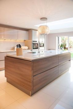 There is no question that designing a new kitchen layout for a large kitchen is much easier than for a small kitchen. A large kitchen provides a designer with adequate space to incorporate many convenient kitchen accessories such as wall ovens, raised. Kitchen Interior, New Kitchen, Kitchen Grey, Rustic Kitchen, Minimal Kitchen, Kitchen Hacks, White Gloss Kitchen, Closed Kitchen, Kitchen Layouts