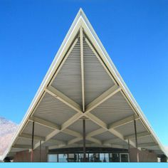 Palm Springs California Visitor Center & Tourism Information building. It was designed by the famous mid-century modern architect Albert Frey who also built the Terra Cotta Inn nude sunbathing resort and spa. Palm Springs Hotels, Palm Springs California, Modern Architects, Famous Architects, Joshua Tree Camping, Palm Springs Mid Century Modern, Go Skinny Dipping, Museum Architecture, Mid Century Modern Design