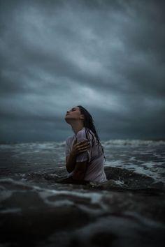 Референс: две человека обнимаются в воде во время грозы