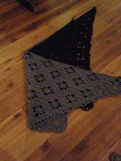 Een grijsblauwe en zwarte Sjaal, drops patroon, garen tweed zeeman, haaknld nr 5