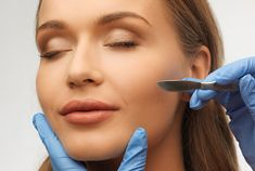 Dermaplaning is a non-invasive procedure that gently removes the top layer of skin to leave it looking smooth, vibrant and hair-free. Here's a close look at the benefits and drawbacks of the dermaplaning procedure. Skin Clinic, Hair Regrowth, Skin Care Treatments, Skin Care Regimen, Face Skin, Healthy Skin, This Or That Questions, Diy Beauty, Beauty Tips