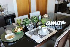 Mesa posta para café da manhã nas cores verde, preto e branco com decoração fofa e prática.