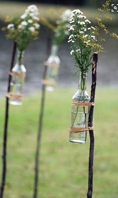 In a good mood: 8 wonderful DIY decorating ideas for your barbecue party!- Are you still missing the right decoration for the next barbecue party? How about these cool vases on the stick? A super simple DIY project, which is an absolute eye-catcher! Trendy Wedding, Summer Wedding, Diy Wedding, Rustic Wedding, Wedding Ceremony, Wedding Flowers, Wedding Backyard, Wedding Ideas, Wedding Simple