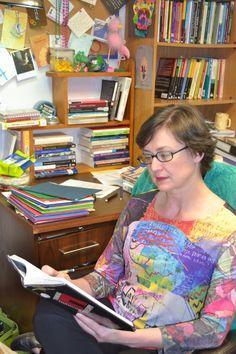 13 de abril de 2014. Mujer que lee. Trabajar y vivir rodeados de libros y de color... http://wp.me/P2yR3G-Bk