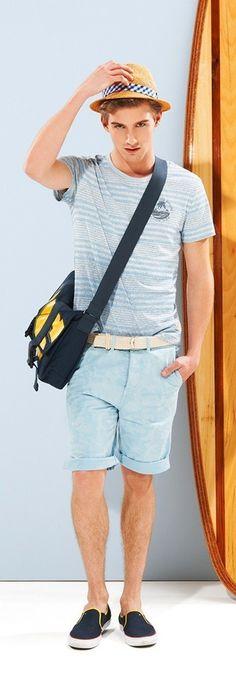 Look de moda: Camiseta con Cuello Barco de Rayas Horizontales Celeste, Pantalones Cortos Celestes, Zapatillas Slip-on de Lona Azul Marino, Bolso Mensajero de Lona Azul Marino