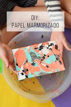 Transformando uma folha de papel em uma obra de arte usando... Esmalte! // Faça seu próprio papel marmorizado usando esmalte! Projetos para inspiração e tutorial (is) faça você mesmo. // faça você mesma, DIY, inspiração, decoração, ideia, tutorial, reciclagem, artesanato, esmalte, tinta, mármore, tendência, criança, fácil, água, papel