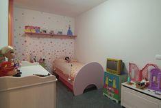 Mobiliario en habitación infantil. Vivienda ya terminada y entregada. Toddler Bed, Furniture, Home Decor, Child Room, Kids Rooms, Interiors, Houses, Child Bed, Decoration Home