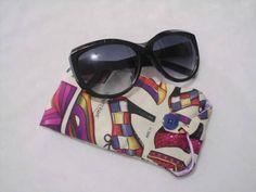 Porta-Óculos em tecido,com forro de cetim, para na arranhar as lentes e revestido com manta acrílica para proteger . <br>Comporta tanto óculos de grau como de sol.
