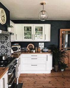 The dark blue walls really make the white units pop out in this kitchen! Beautif… - All For House İdeas Modern Farmhouse Kitchens, Farmhouse Kitchen Decor, Home Kitchens, Kitchen Modern, Small Kitchens, Farmhouse Sinks, Country Kitchen, Farmhouse Style, Classic Kitchen
