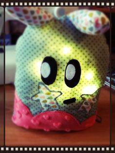 Lampe ou veilleuse en peluche, modèle original Kas Mazette Http://www.KasMazette.com et @KasMazette sur facebook