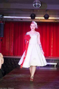 bride fashion bride dress cherry wedding rockabilly wedding Rockabilly Wedding, Rockabilly Outfits, Retro Fashion, Vintage Fashion, Vintage Style Wedding Dresses, Cherry Dress, Dress Making, Nice Dresses, Pin Up