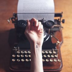 tatouage délicat et discret perluette symbole du et