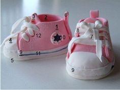 Converse template + recipe for dough material (not fondant) Fondant Baby Shoes, Fondant Rose, Shoe Template, Baby Converse, Tenis Converse, Converse Shoes, Baby Shoes Pattern, Felt Shoes, Boy Shoes