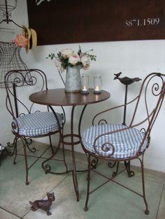 Nosso trio de mesa de ferro com a cadeira charme!!! We love it! Loja Dom Mascate (SP) 3871-1509