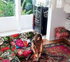 A geladeira na sala da estilista Adriana Barra imita uma garrafa de uísque