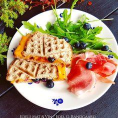 Edels Mat & Vin: Fjellsandwich med blåbær og cheddar ♥ Cheddar, Waffles, Toast, Breakfast, Food, Morning Coffee, Cheddar Cheese, Essen, Waffle