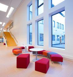 Salpakankaan koulun aulassa on yhdistetty moduulisen Salsa-sohvan yhteyteen Kivikon paloja.