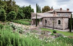 Una radicale trasformazione della villa e il recupero del giardino, completamente ridisegnato a terrazze, e degli spazi esterni hanno ridato vita a una bella proprietà sui colli umbri.