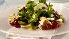 Käse mal anders. Dieser Salat mit Camembert und Nusskruste eignet sich perfekt als Vorspeise