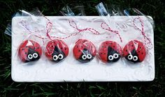 Ladybug Oreos {Edible Gifts} This charming ladybugs are a perfect treat to pass out for Valentine's Day or for a bug themed birthday party. I'm thinking you… Ladybug Girl, Ladybug Party, Ladybug Crafts, Preschool Valentine Crafts, Preschool Ideas, Winter Birthday Parties, 4th Birthday, Birthday Ideas, Oreo Pops