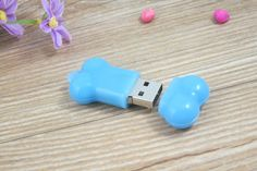 Pen drive USB en forma de hueso. Disponible marcaje de logotipo para regalo publicitario. Pen Drive Usb, Usb Flash Drive, Diy, Logo, Shape, Budget, Bricolage, Do It Yourself, Homemade