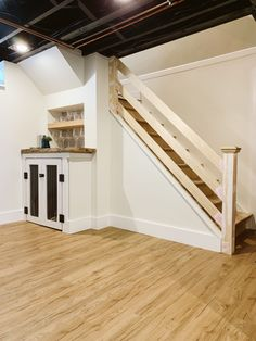 Ready to update that old traditional stair rail or deck railing? This post will show you how to make a custom modern horizontal railing in your home. Wood Railings For Stairs, Loft Railing, Basement Staircase, Interior Stair Railing, Rustic Stairs, Stair Railing Design, Staircase Remodel, House Stairs, Handrail Ideas