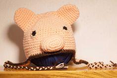 Cappellino maialino realizzato all'uncinetto.