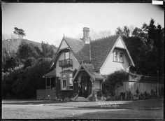 Bill ✔️ Tea kiosk at Huia Lodge, Cornwall Park, Auckland, ca 1915 Nz History, My Family History, New Zealand Houses, Auckland New Zealand, Old Images, Kiosk, What Is Like, Cornwall, Places To Visit