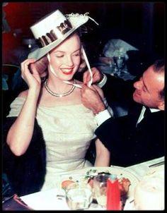 """1949-1950 / Johnny HYDE (Agent) : il avait 53 ans et rencontra Marilyn : - John CARROLL lui présenta Marilyn à une soirée du """"Racquet Club Resort Hotel"""" de Palm Springs.  - où ils firent connaissance à un réveillon du nouvel an chez le producteur Sam SPIEGEL ; à la fin de la soirée, HYDE aurait invité Marilyn à Palm Springs pour discuter de sa carrière. De rendez-vous en soirées passées ensemble, il tomba follement amoureux de Marilyn. C'était l'archétype du protecteur, celui qui grâce à ses…"""
