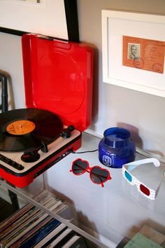 Vinyl Record Collection Storage: Spine Out or Front Facing? Modern Bungalow House, Decor Pad, Vinyl Record Collection, Home Studio Music, Bachelorette Pad, Record Players, Cozy Living, Funny Art, House Tours