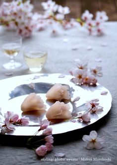 和菓子【花重ねHana-gasane〜外郎Uirou】 Uirou(Japanese confectioneries) flavored with cherry(leaves). It is like the cherry blossoms which the transparent pink rice cake overlaps, and bloom. Please enjoy them with greentea, tea, coffee, champagne and wine. *styling / photo / pot ,cups はand sweets : Midori Morohoshi(http://ameblo.jp/greenonthetable/imagelist.html)