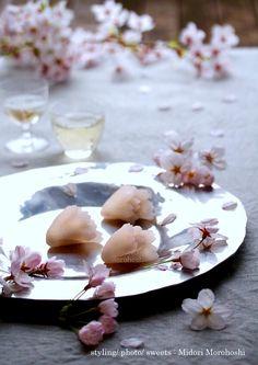 和菓子【花重ねHana-gasane〜外郎Uirou】 Uirou(Japanese confectioneries) flavored with cherry(leaves). It is like the cherry blossoms which the transparent pink rice cake overlaps, and bloom. Please enjoy them with greentea, tea, coffee, champagne and wine. *styling / photo / pot ,cups はand sweets : Midori Morohoshi(http://ameblo.jp/greenonthetable/imagelist.html)