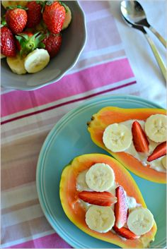 Papaia com iogurte, banana e morangos - http://gostinhos.com/papaia-com-iogurte-banana-e-morangos/