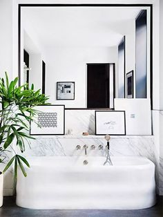 Salle de bain | Blanc & Noir avec plane et miroir très design…