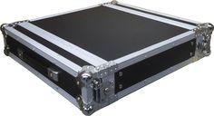 Flightcase formato rack de 19  Ref. 7007002  Fabricado en Plywood de 9mm con una cubierta plástica de color negra.   Sección de alumínio de 35x35.   Perfil de rack delantero y trasero. 1 asa, 4 cierres de mariposa.   410 mm de profundidad.   Medidas exteriores: 527 x 550 x 120 mm.   Peso: 8 kg.