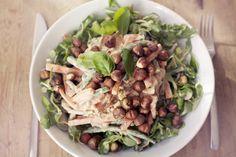 Salat med kremet dressing og ristede hasselnøttkjerner