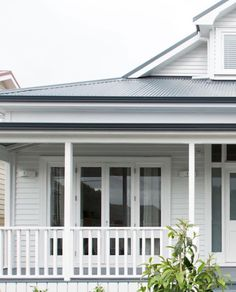 Weatherboard houses lend themselves to so many different looks. Either natural timber, white, black or even painted a strong colour, you can't go wrong with a weatherboard house when it comes to great style. See why I love a weatherboard house here. Exterior Color Schemes, Exterior Paint Colors For House, Paint Colors For Home, Exterior Design, Colour Schemes, Facade Design, Paint Colours, Weatherboard Exterior, White Farmhouse Exterior