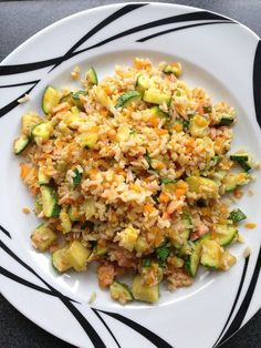 RECEPT: Uzený losos s bulgurem a zeleninou Fried Rice, Fries, Ethnic Recipes, Food, Diets, Bulgur, Meal, Essen, Nasi Goreng