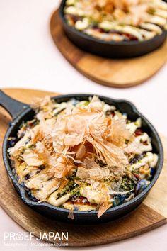Okonomiyaki: Japanse hartige pannenkoek   Proef Japan Food Japan, Asian Recipes, Ethnic Recipes, Kimchi, Japchae, Recipe Ideas, Sushi, Foodies, Good Food